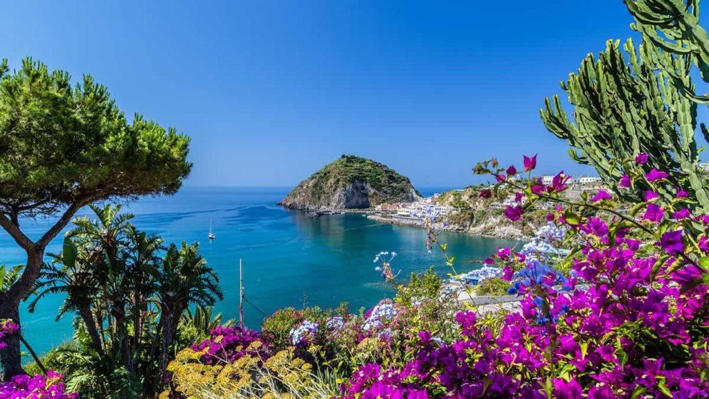 L'isola di Ischia: i posti più belli da visitare nel tuo viaggio di gruppo per single